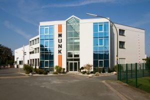 Erweiterung einer Industrieanlage um ein Lichtdurchflutetes Büro- und Verwaltungsgebäude