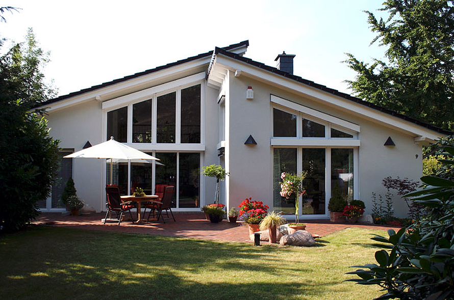Barrierefreien Einfamilienhaus mit zwei gegenläufigen Pultdächern.