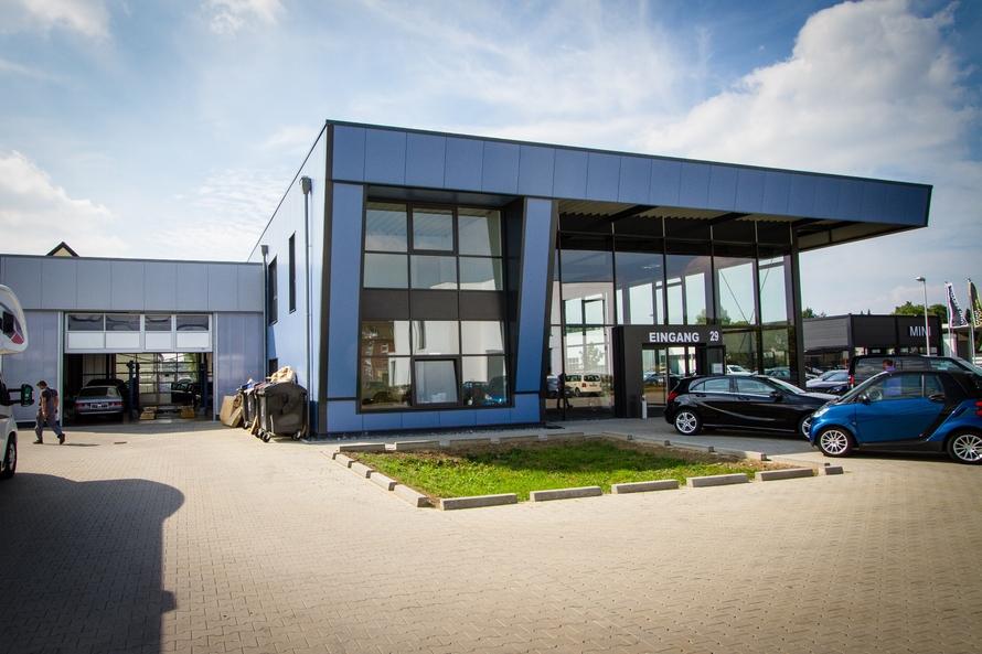 KFZ-Ausstellungshalle mit Verwaltung