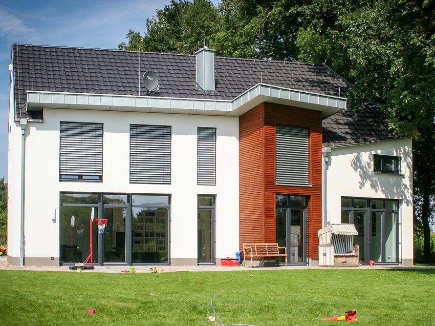 Exklusives Einfamilienhaus mit Holz- und Putzfassade.