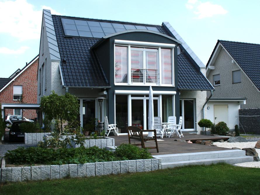 Elegantes Einfamilienhaus mit weißer Verblendung.