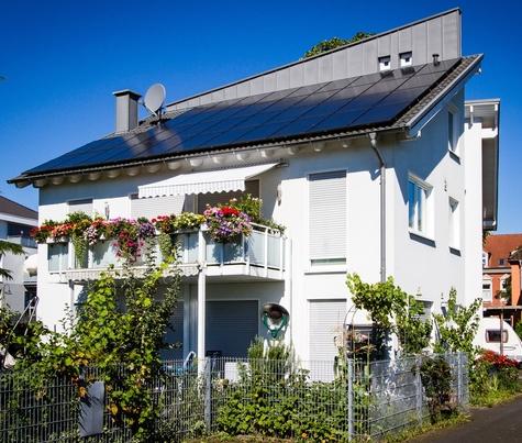 Architekturbüro Hinkelmann | Zweifamilienhaus mit abgeknickten gegenläufigen Pultdächern
