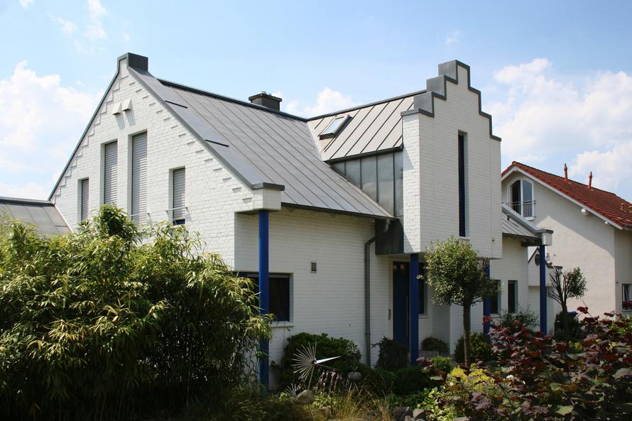 Luxuriöses Einfamilienhaus mit abgetreppten Schildgiebeln.