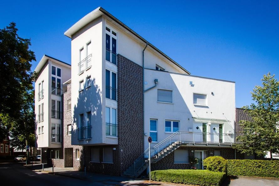 grösseres Mehrfamilienhaus mit vertikaler Staffelung
