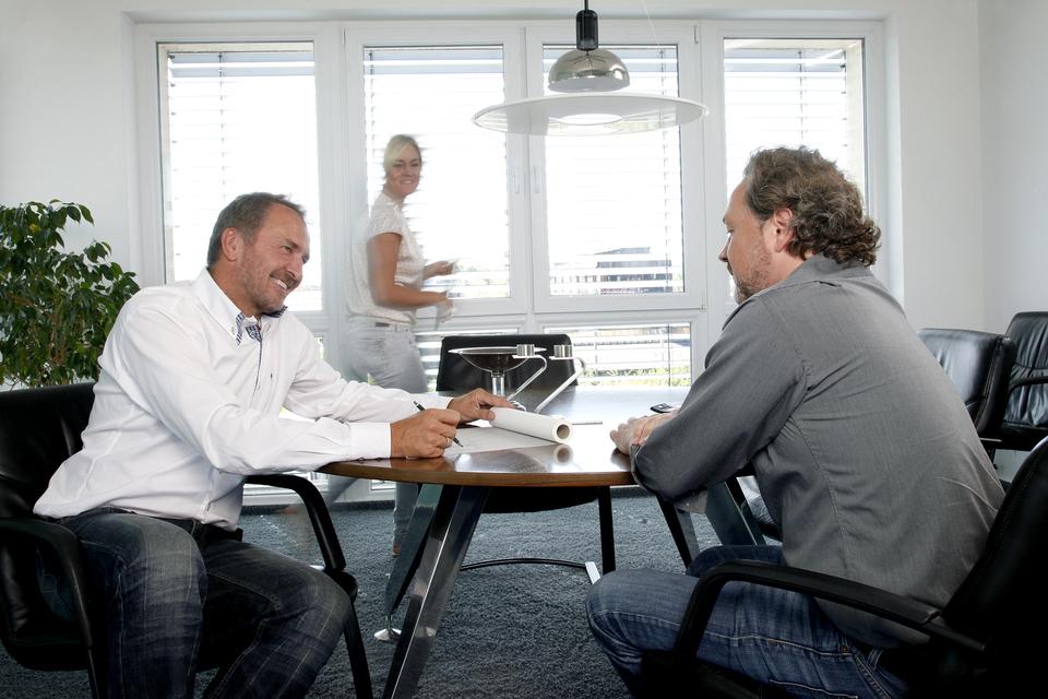 Architekturbüro Hinkelmann, Hafenstrasse 14,59067 Hamm | Diplom-Ingenieur Lothar Hinkelmann im Gespräch mit einem Kunden